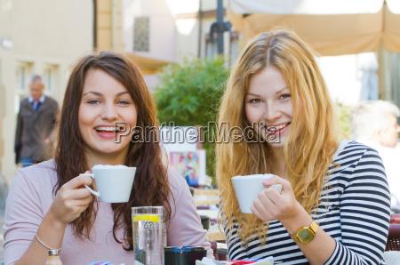 dos mujeres jovenes en cafe de