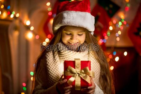 ninya mirando caja abierta con regalo
