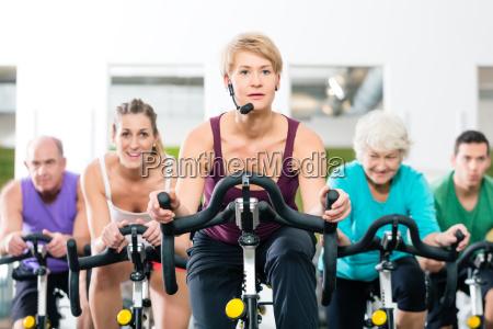 mayores en girar en bicicleta de