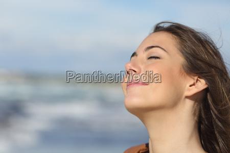 primer plano de una mujer respirando