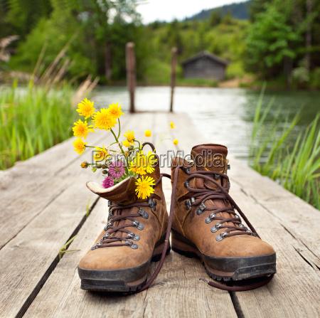 botas de senderismo en el lago