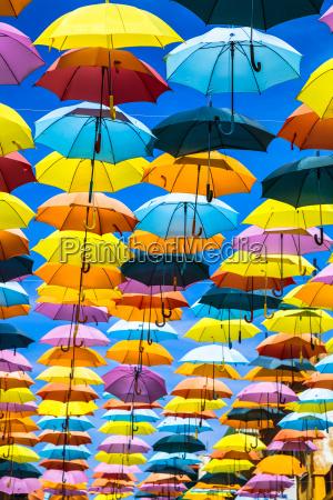 calle adornada con sombrillas de colores