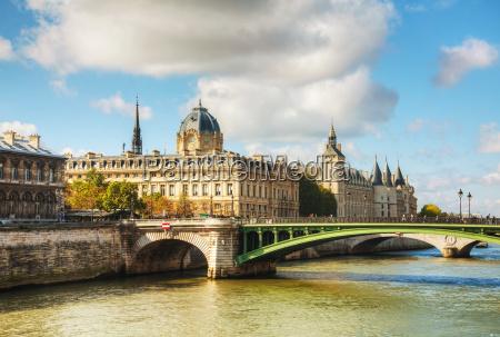 el edificio de conciergerie en paris