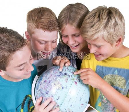 jovenes con globo