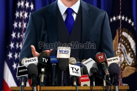 politico en la rueda de prensa