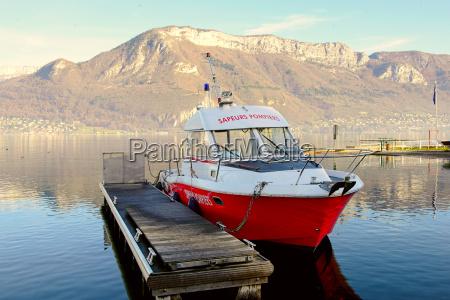 barco bombero amarrado en el muelle