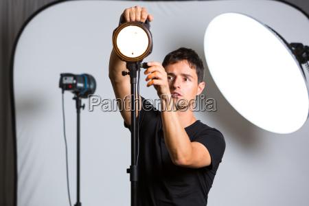 joven fotografo profesional en su estudio