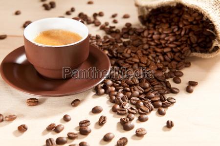 una taza de cafe y granos
