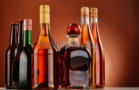 botellas de bebidas alcoholicas variadas