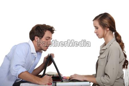 hombre ayudar a la mujer con