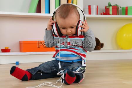 bebe mientras se escucha musica en