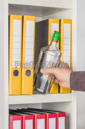 oficina lugar de trabajo alcohol botella