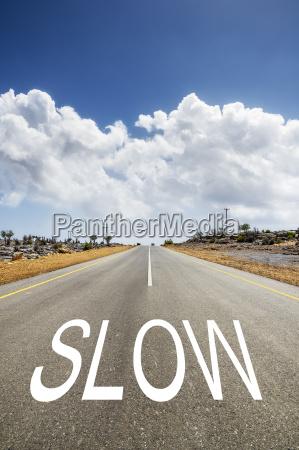 carretera con texto lento