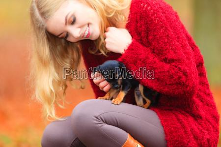 mujer embrioneando a su perrito