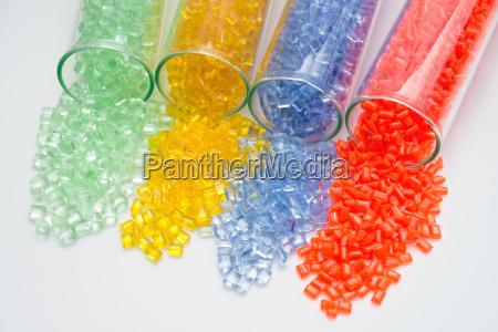 diferentes granulos de plastico de color
