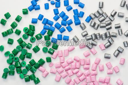 varios granulos de plastico
