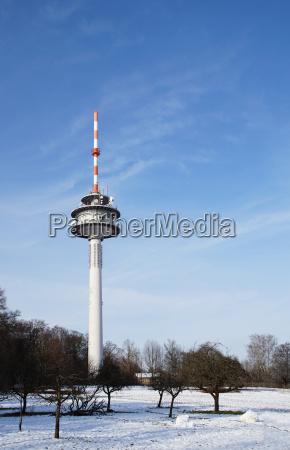torre de radio con antenas direccionales