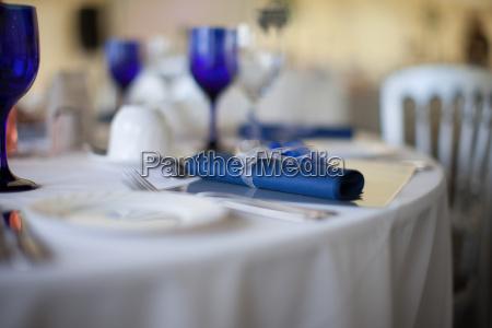 detalle de servilleta azul en una