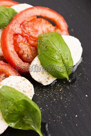 ensalada caprese con mozzarella tomate albahaca