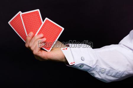 mano del hombre sosteniendo tres cartas