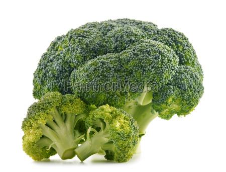 brocoli organico fresco aislado en blanco