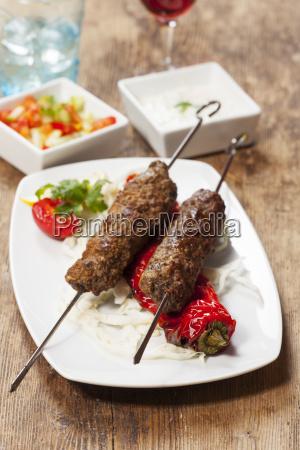 espetos de kebab com pimentos assados