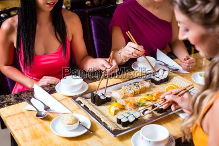 los jovenes que comen en restaurante