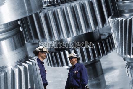 ingenieria ruedas dentadas y trabajadores