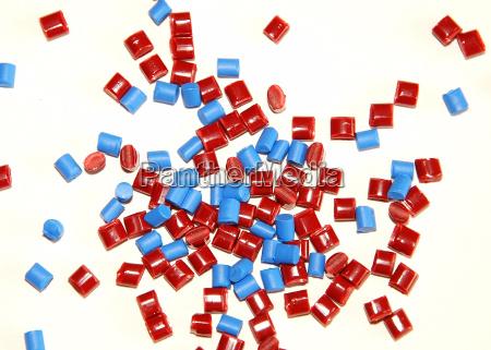 diversos granulos de plastico de colores
