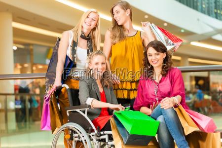 cuatro amigos de compras en un