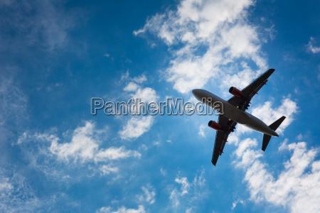 silueta oscura de un avion volando