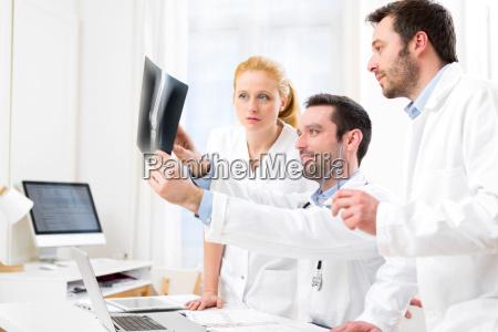 equipo medico analizar juntos una radiografia