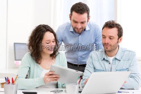 dos pasantes trabajando juntos asistido por