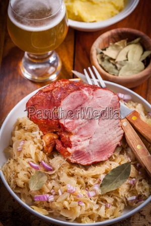 cerdo ahumado con col