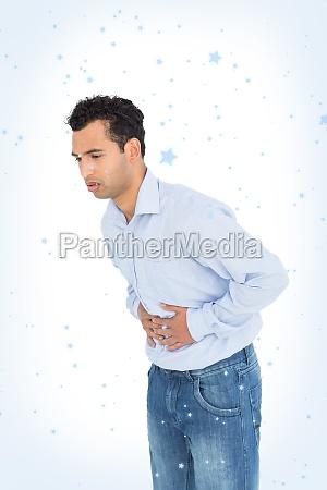 joven casual con dolor de estomago