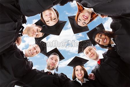 los estudiantes graduados de pie en