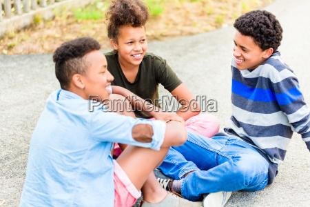 los hermanos sentados en el suelo