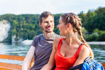 pareja en barco por el danubio