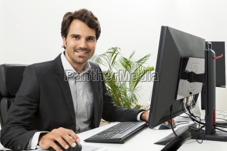 joven empresario exitoso con traje negro
