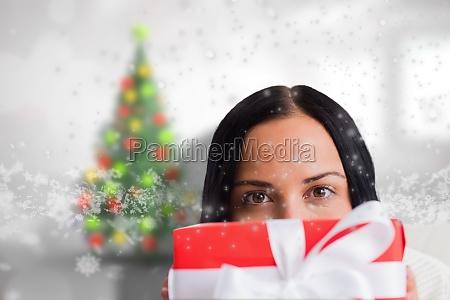 imagen compuesta de mujer sosteniendo un