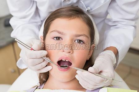 dentista pediatrico examinar los dientes de