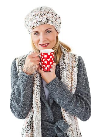 mujer sonriente en la moda de