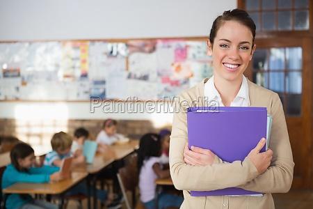 profesor bastante sonriendo a la camara