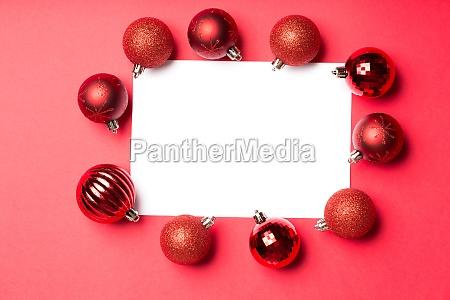 pagina blanca rodeada de adornos navidenyos