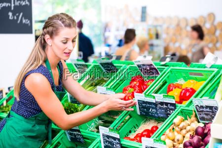 empleado de supermercado llena estantes