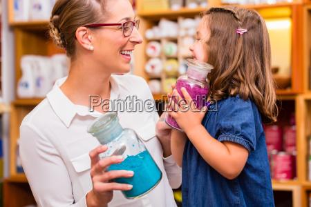 familia con colores en la tienda