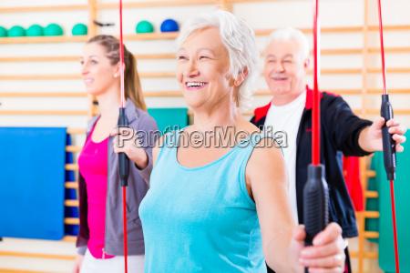 grupo en fitness con barra de