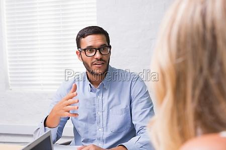 joven empresario entrevistando mujer