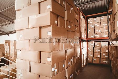 estantes con cajas en almacen