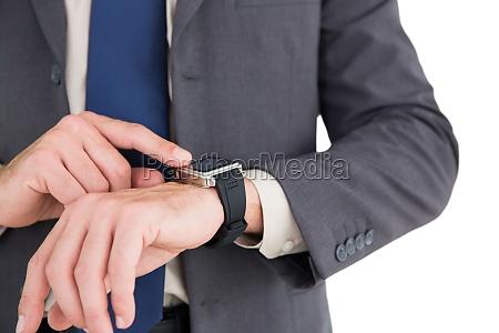 hombre de negocios usando su reloj